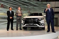 Мер Лондона Борис Джонсон представив оновлений Outlander PHEV Mitsubishi в Токіо